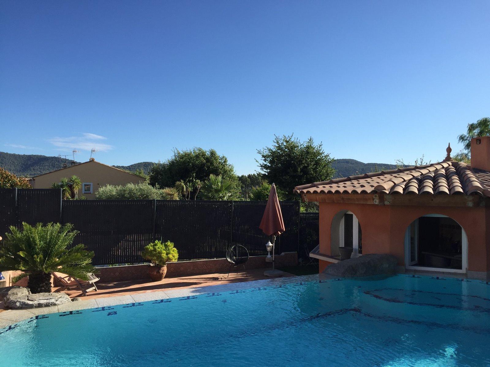 Vente hy res proche commodit s villa avec piscine for Villa piscine debordement
